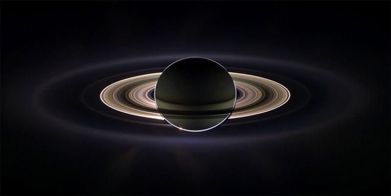 Кольца Сатурна подсвечены лучами Солнца